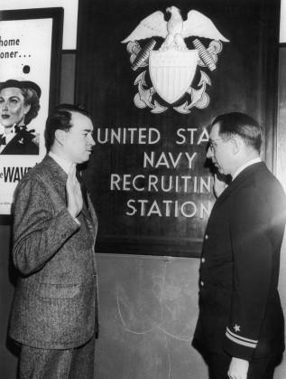 Уилям Патрик Хитлер (вляво), се заклева във вярност на американския флот пред лейтенант Кристиан Христоферсън
