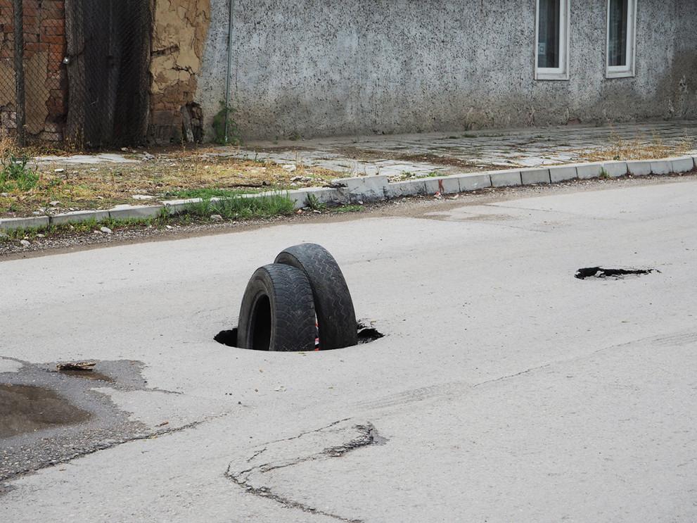 В  Кубрат пълнят дупки с ..автомобилни гуми