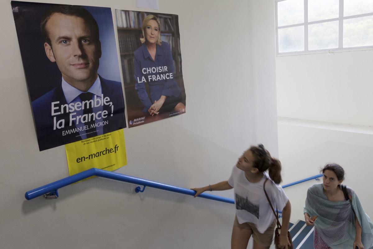 1. Европа:Льо Пен настоява, че Франция трябва да се откаже от еврото и да напусне Шенгенската зона за безвизово пътуване. Тясе противопоставя на търговското споразумение СЕТА между ЕС и Канада/ Макрониска да укрепи еврозоната като се обособи отделен бюджет за 19-те държави, използващи единната валута. Предлага еврозоната да има свой парламент и финансови министър.
