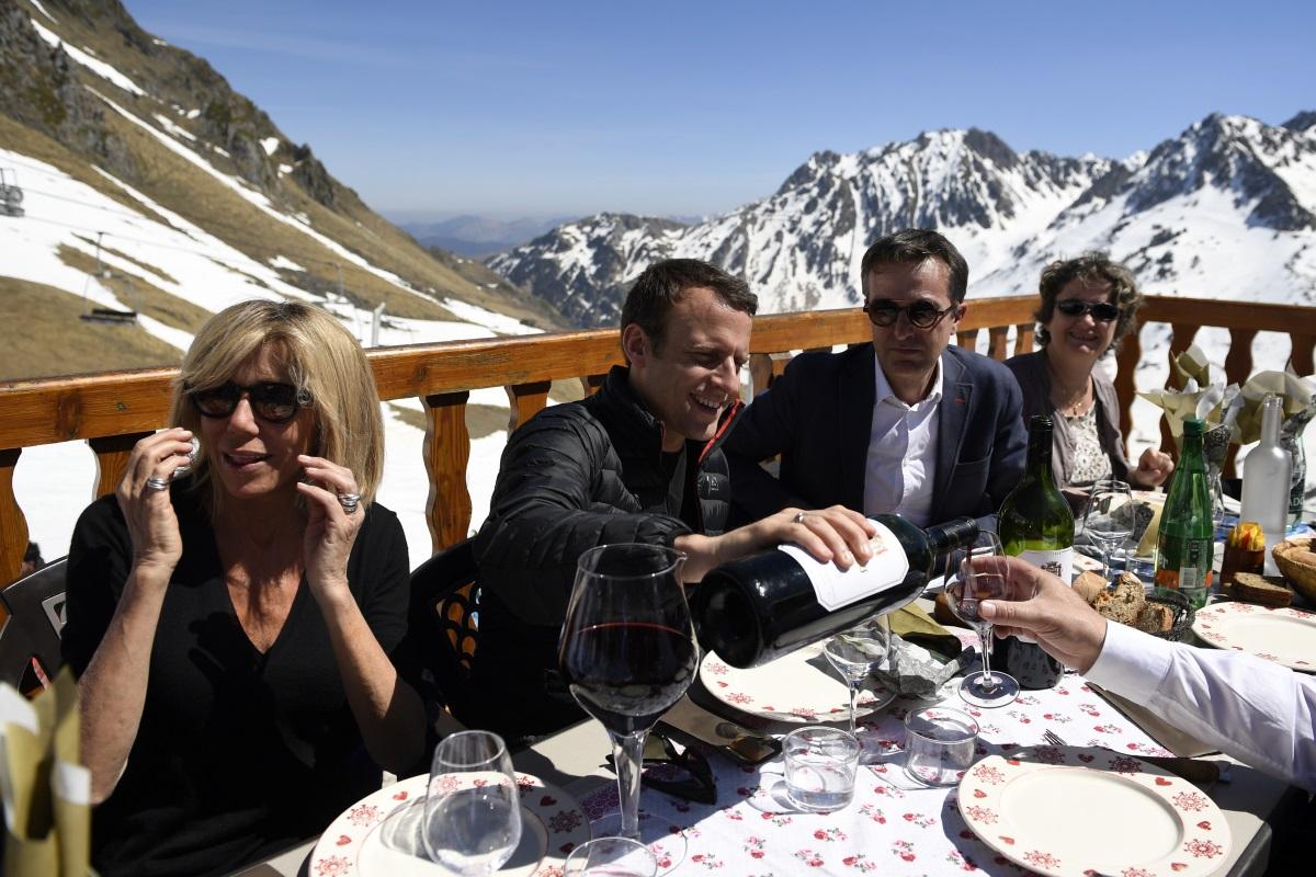 След като в неделя французите избраха за свой президент 39-годишният Еманюел Макрон, неговата съпруга 64-годишната Брижит Троньо-Макрон стана първата дама на Франция. И въпреки че в страната съпругата на президента няма съществени функции, Брижит влезе в световните медии заради необичайната любовна история със своя съпруг. Бившата учителка на Макрон се отличава със стил и елегантност. По време на кампанията тя показа голяма подкрепа към половинката си, а усмивката ѝ не слизаше от лицето. Вижте Брижит в нашата галерия.