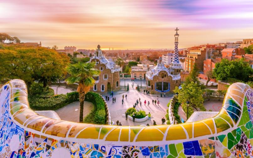 """Водолей<br /> <br /> Вашият партньор е любопитен и с богато въображение и със сигурност очаква нестандартно предложение. Заведете любимата си в Барселона, Испания. Посетете парка Гюел, където да се насладите на шедьоврите на Антони Гауди, а отлично място за самото предложение е """"Кулата на трите кръста"""", където се открива невероятна гледка към града."""