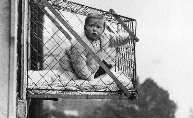 Едно изобретение на ХХ в. - бебешки клетки на прозореца