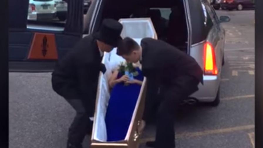 Абитуриентка се появи в ковчег на бала си