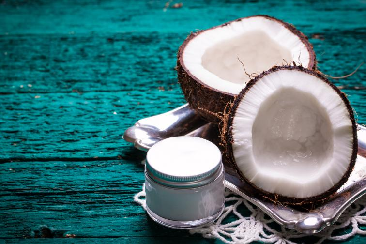 Кокосово масло кокосовото масло е богато на лауринова киселина - уникален липид, чийто бактерии се отразяват добре на нивото на холестерола. Доказано е, че хората, които често използват кокосово масло като мазнина в кухнята, все по-рядко страдат от затлъстяване.