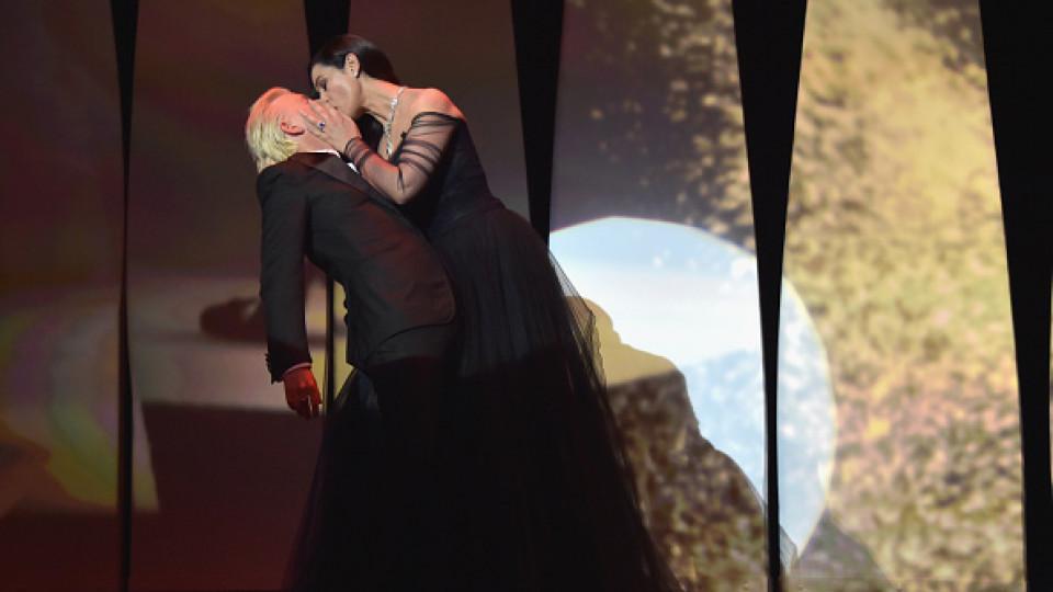 Целувката на страстта: Моника Белучи провокира всички на сцената в Кан