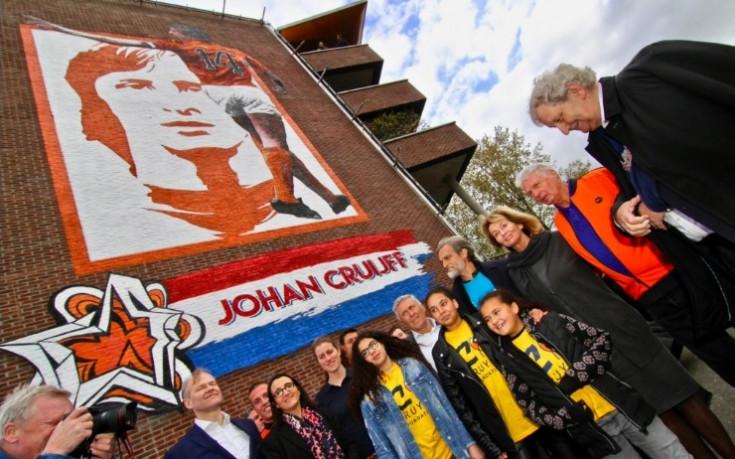 Огромна стена издигната в памет на Йохан Кройф
