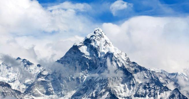Френска неправителствена организация почисти пет тона боклуци от Еверест -