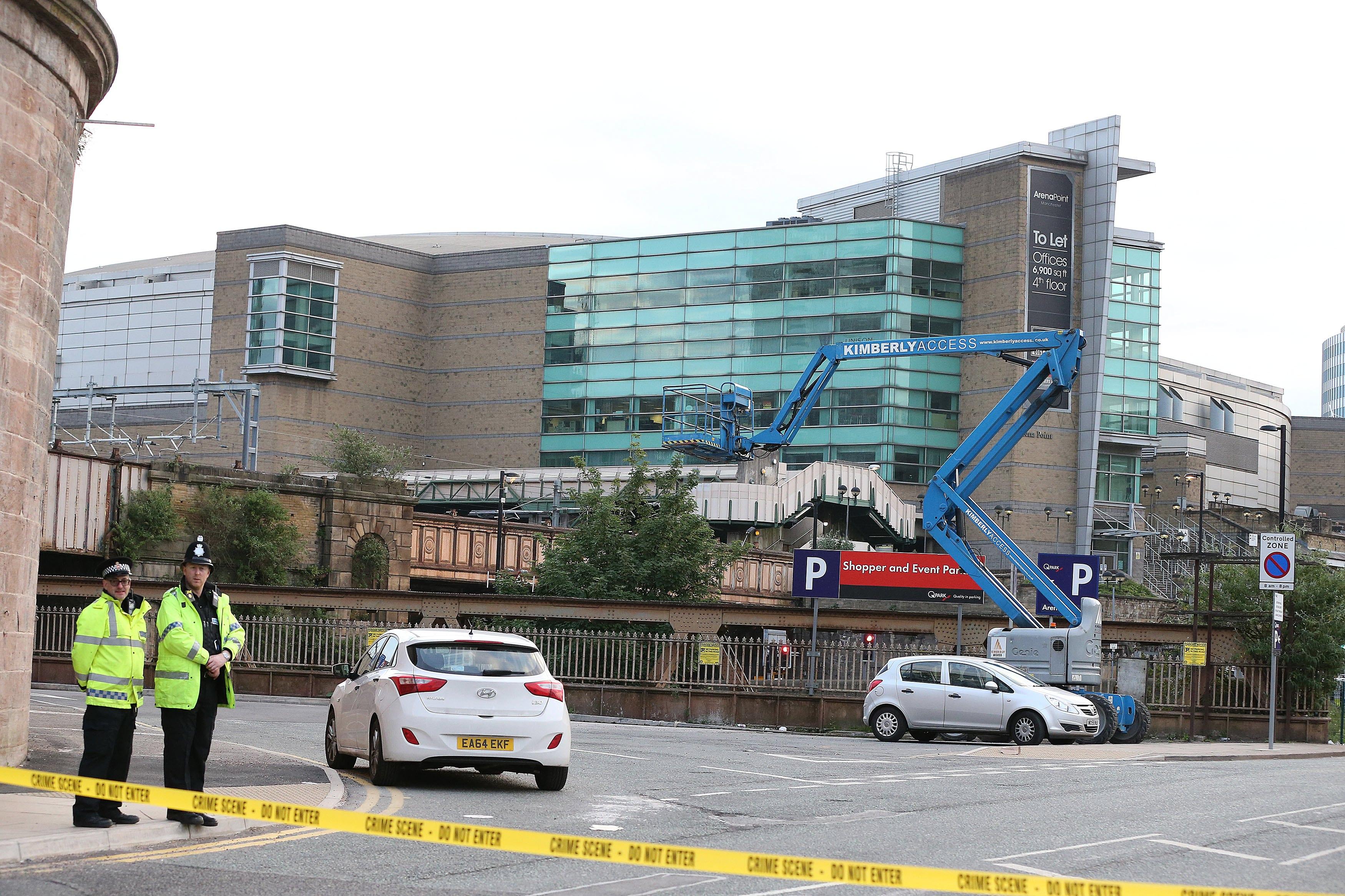 На сутринта след атентата британската полиция все още изследва блокирания район около залата. Посетители на злополучния концерт си тръгват след дългата нощ.