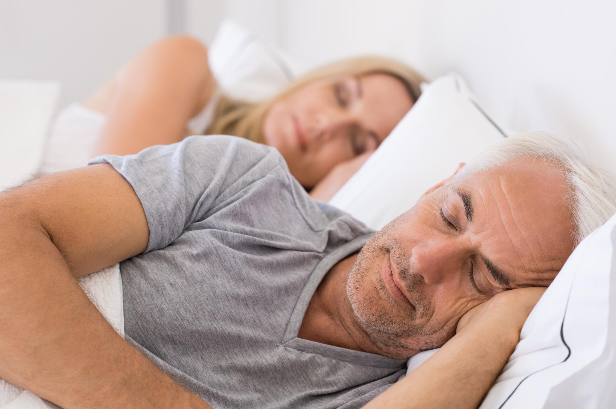 Добрият сън е с приоритет Добрият сън спомага за доброто настроение и физически сили, макар да не звучи толкова романтично. Щастливите двойки намират достатъчно време за сън, както и за други активности, които са извън работата.
