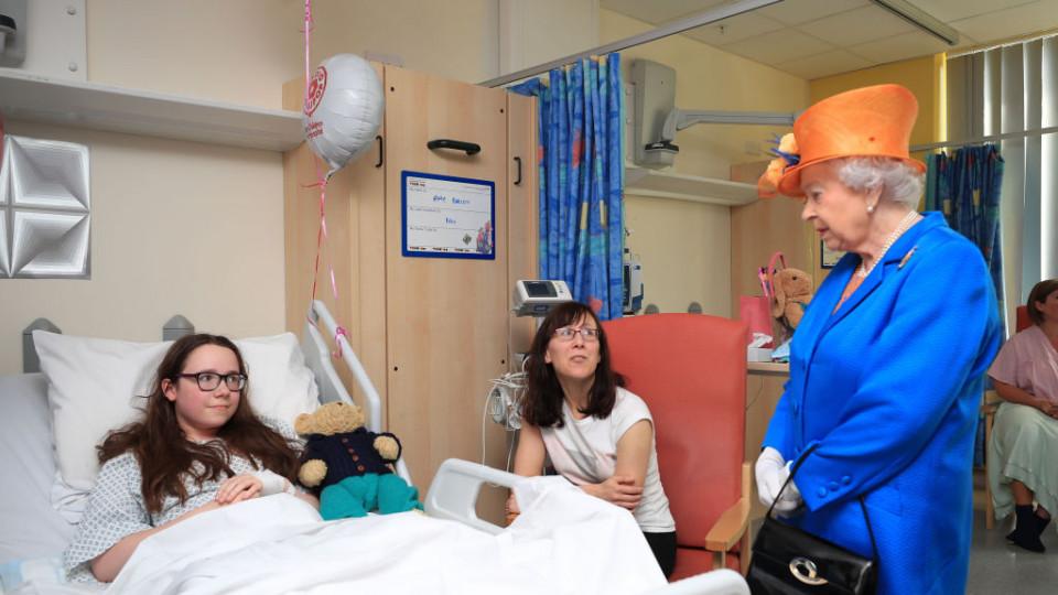 Кралица Елизабет на посещение в болницата при пострадалите деца от терора в Манчестър