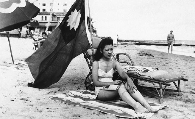 Рут Лий, хостеса в китайски ресторант, развява китайското знаме на плажа, за да не бъде объркана за японка.