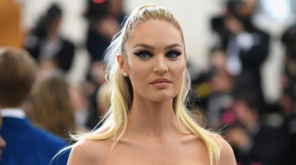 Със секси бельо: Ангел на Victoria's Secret се завръща (СНИМКИ/ВИДЕО)