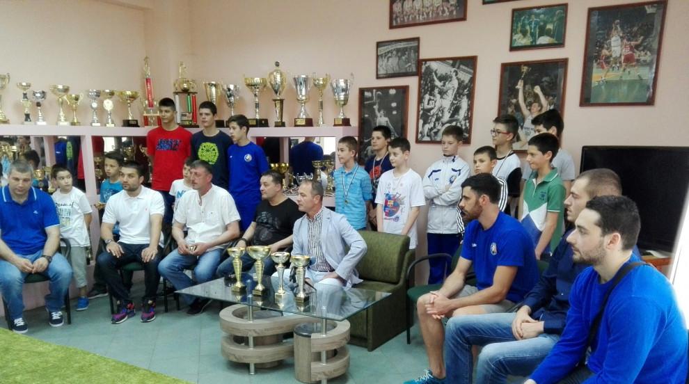 """БК """"Черно море Тича"""" представи спечелените купи и медали на ДЮШ"""