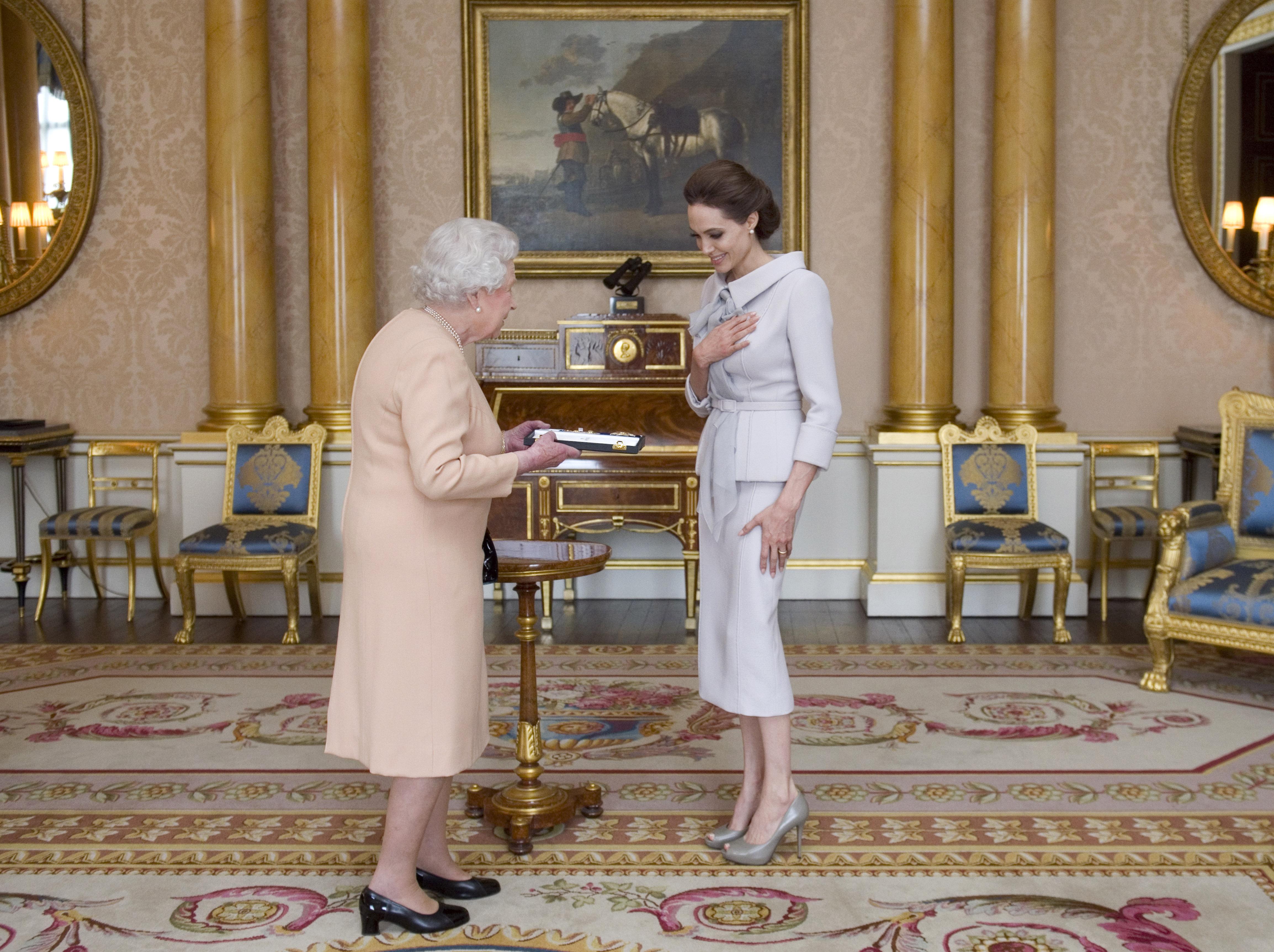 През 2014 г., когато Анджелина стана почетна дама на Кралица Елизабет II.