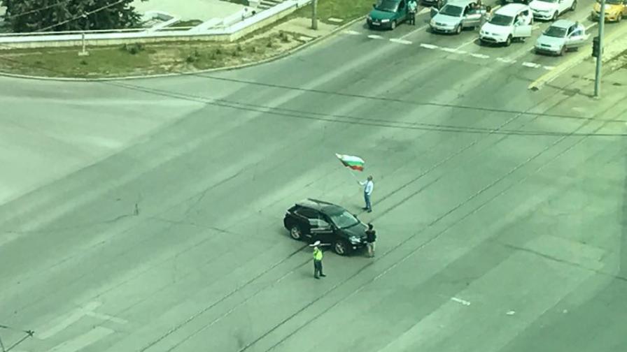 Шофьор развя националното знаме на кръстовището на бул. България