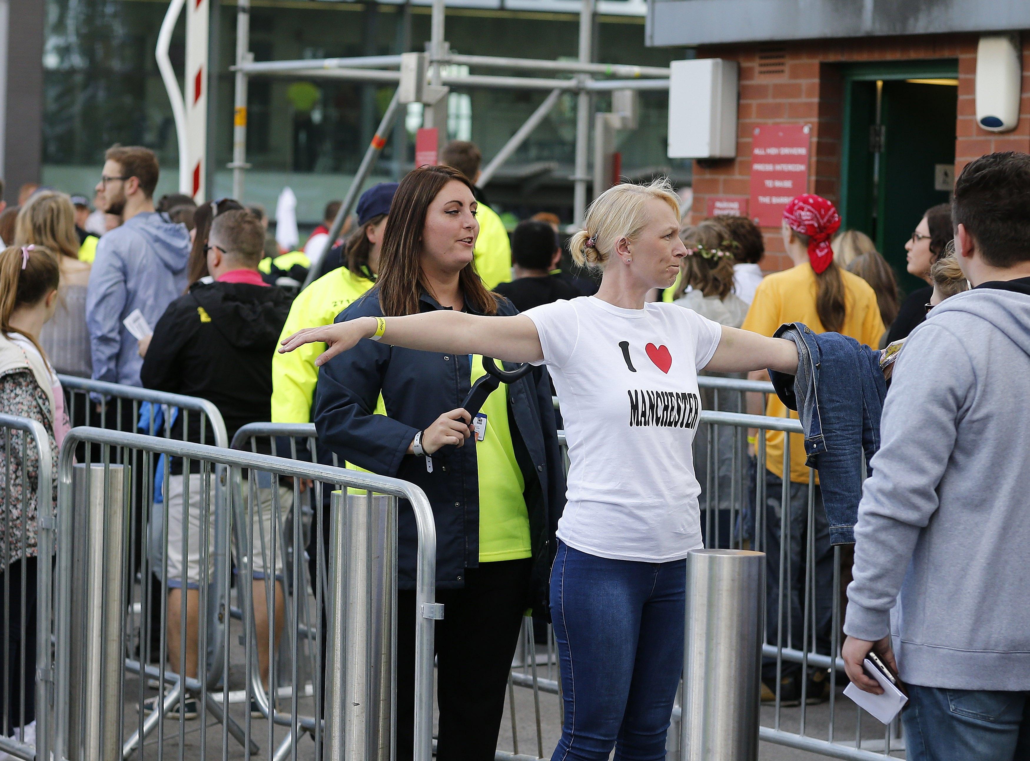 """50 000 души събра американската поп певица Ариана Гранде на """"Олд Трафорд"""" в Манчестър близо две седмици след атентата на нейния концерт в английския град. Тогава атентатор се взриви сред излизащите от концерта и уби над 20 души. Снощното шоу бе само часове след атентата в центъра на Лондон."""