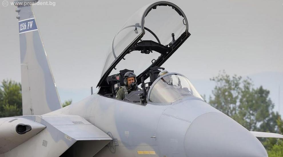 Бъдещите пилоти на F-16 напредват в обучението