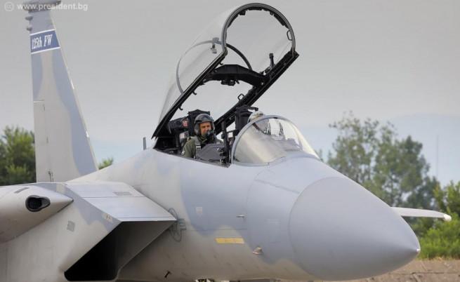 Румен Радев летя с американски изтребител F-15
