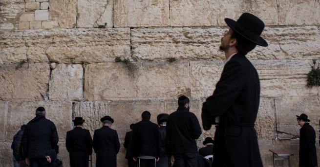 Израелската полиция арестува днес жена, която се беше съблякла чисто