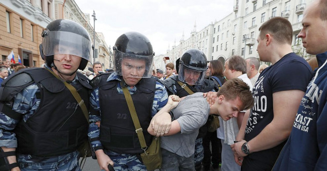 Руската полиция задържа най-малко 118 демонстранти в центъра на Москва,