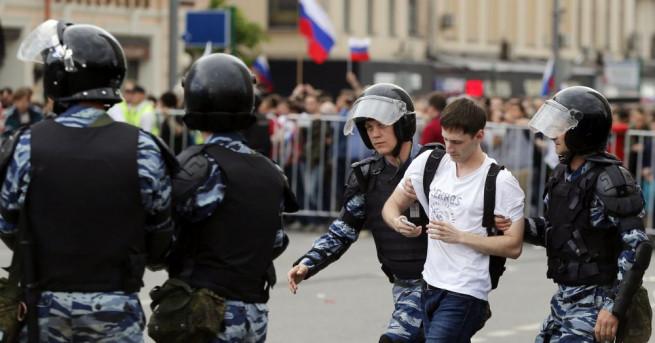Белият дом осъди арестите на стотици протестиращи в Русия на