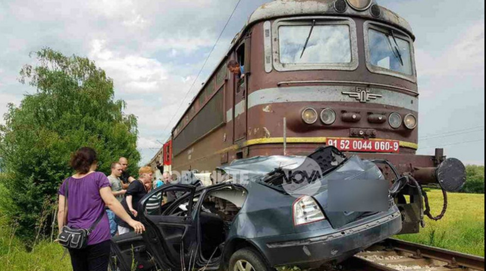 Влак помете кола, пресичаща релсите неправилно, има жертва