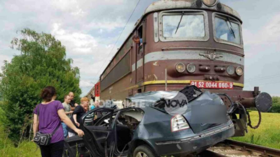 Кола мина през релсите, загина жената зад волана