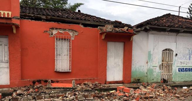 Най-малко петима души са загинали при силното земетресение, което разтърси