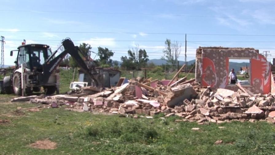 Събаряне на ромски къщи в Казанлък