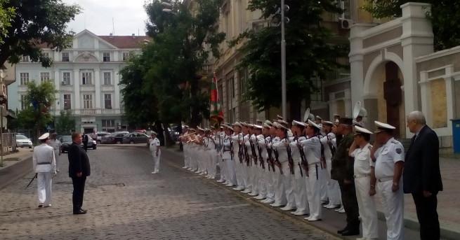 Министърът на отбраната Красимир Каракачанов се срамува, когато го питат