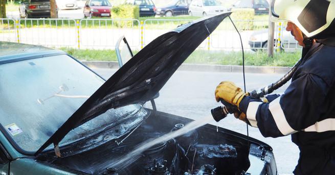 Автомобил пламна в движение в центъра на Разград, шофьорът успял