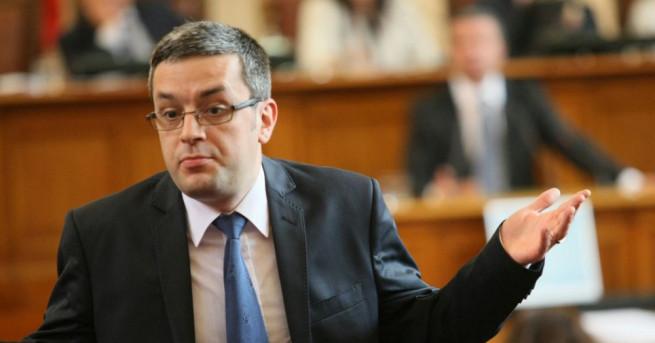 ГЕРБ поиска оставката на президентския съветник Пламен Узунов. В декларация