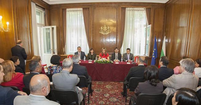 Заместник министър-председателят по правосъдната реформа и министър на външните работи