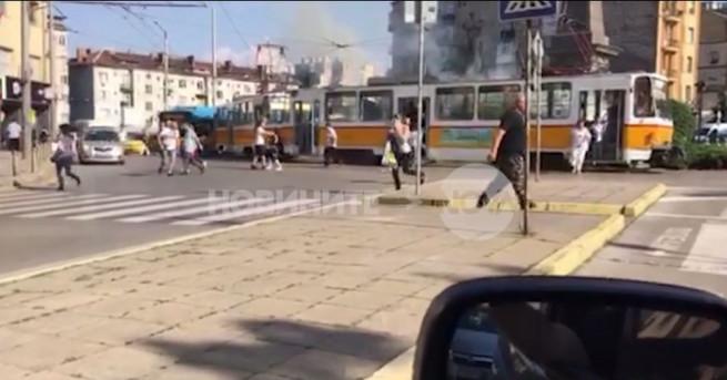 Пожар избухна на паметника на Васил Левски в София. Трамвайна