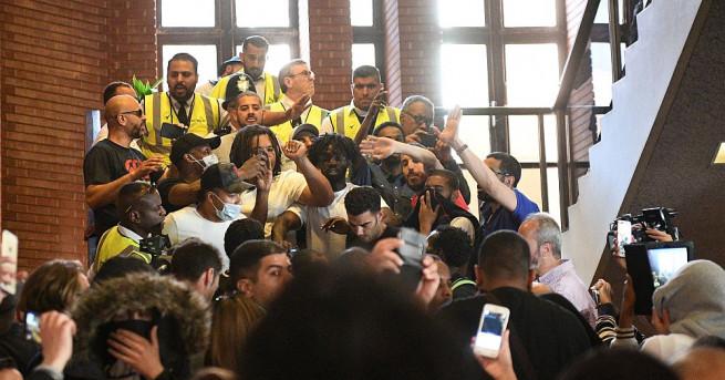 Десетки гневни протестиращи нахлуха следобед в сградата на общинския съвет