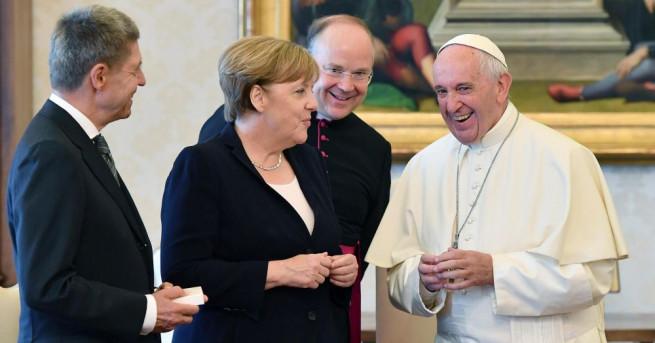 Папа Франциск прие днес германския канцлер Ангела Меркел и двамата