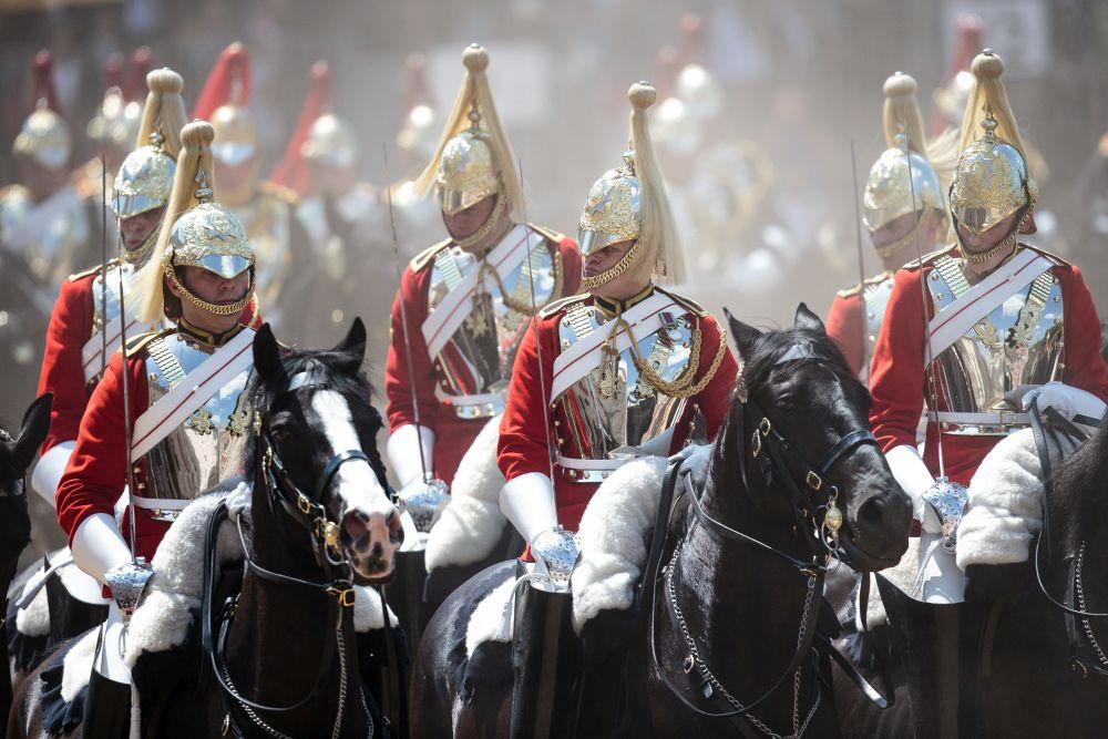 Великобритания празнува отново <strong>рождения ден на кралица Eлизабет Втора</strong>. Официалното честване започна с тържествен военен парад.<br /> <br /> Британската кралица отбелязва рождения си ден два пъти - на истинската дата<strong> 21 април </strong>и в средата на месец <strong>юни</strong>. Причината се крие в <strong>променливото британско време</strong>. Това е традиция, която е започнала по времето на<strong> Джордж II през 1748 година</strong>. Той е роден през ноември и смятал, че времето е твърде студено, за да се направи парад по случай рождения му ден. Ето защо той решил, че честването на празника ще се състои по време на пролетния военен парад.<br /> <br />