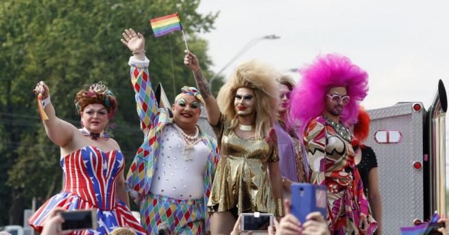 Около 2500 души участваха в гей-парад в украинската столица Киев