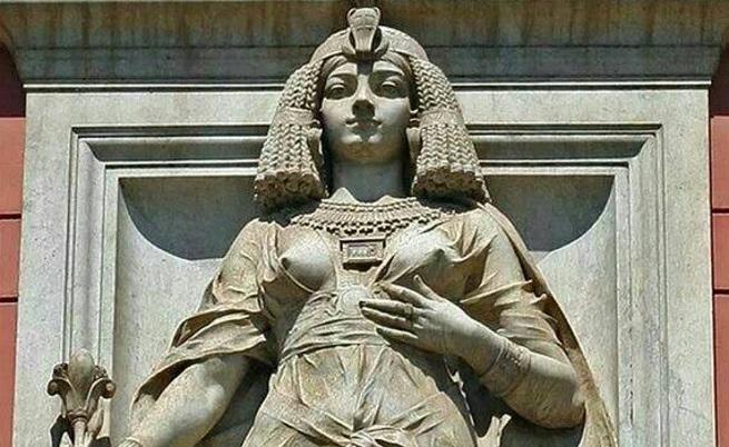 Статуя на Клеопатра на входа на египетски музей