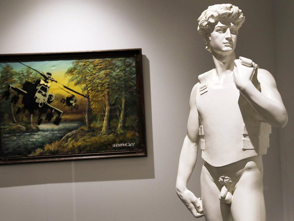 """Изложбата """"Изкуството на Банкси"""" в Берлин, Германия. Оригинални платна, картини, скулптури и интерактивни разкази показват кариерата на този неизвестен уличен художник. Всички експонати идват от частни колекционери и колекцията на куратора Стив Лазаридис. Изложбата ще продължи от 15 юни до 15 септември 2017 г."""