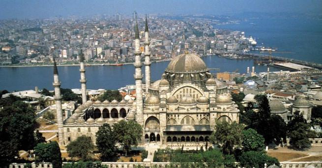 Скандал се разрази в Турция, след като млад мъж нападна