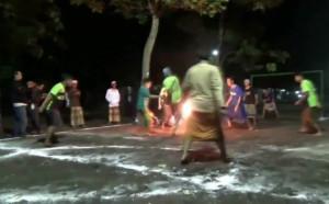 Футбол с огнена топка - щура индонезийска традиция