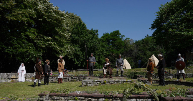 Древни българи, облечени в средновековни доспехи, на кон, със стрели,
