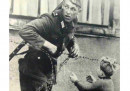 1961: Войник от ГДР прекарва дете през Берлинската стена