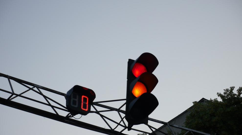 BMW помете кола на НСО на червен светофар