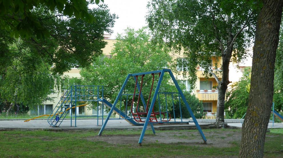 Над 3000 опасни катерушки дебнат жертви в детските площадки