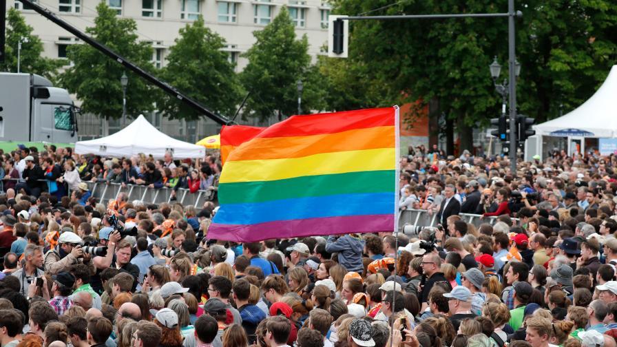 Флагът на ЛГБТ общността на демонстрация в Германия