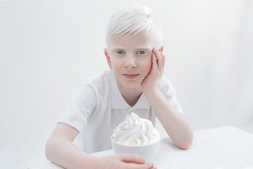 """От известно време фотографът Джулия Тейтс имала идея да реализира проект, снимайки само хора албиноси, тъй като се чувствала като хипнотизирана от красотата им. """"Те са толкова чисти, нежни, фантастични - като от приказен свят"""", разказва тя. Затова решава да ги покаже именно такива - облечени в бяло, на бял фон, напълно натурални и без никакъв """"Фотошоп"""". """"Докато реализирах проекта, се срещнах с невероятни хора. Чувствам се благословена"""", казва Джулия."""