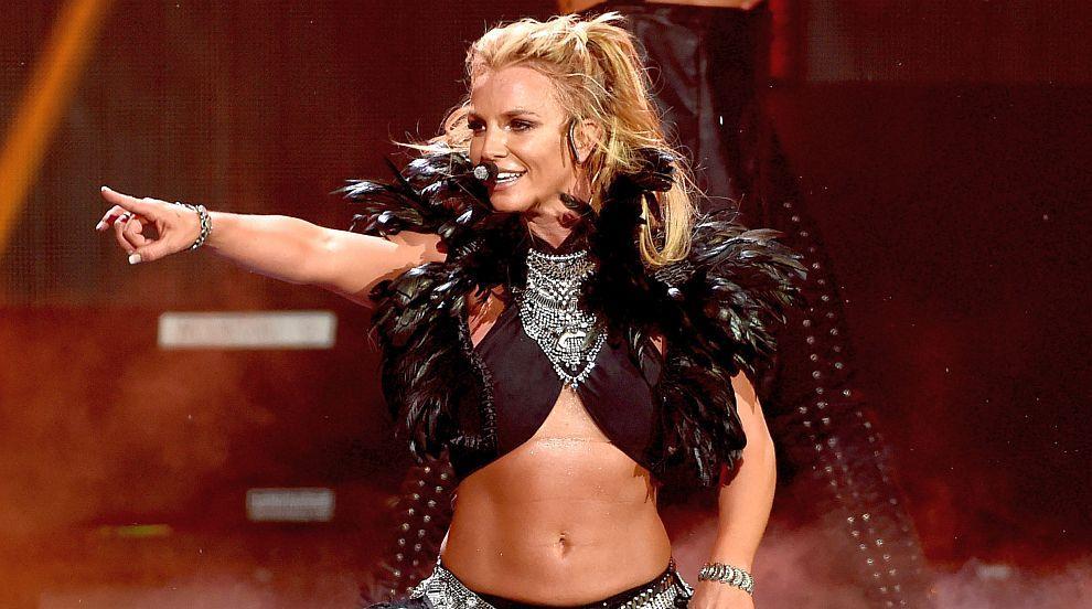 Бритни Спиърс остава с все по-малко дрехи на сцената (СНИМКИ)