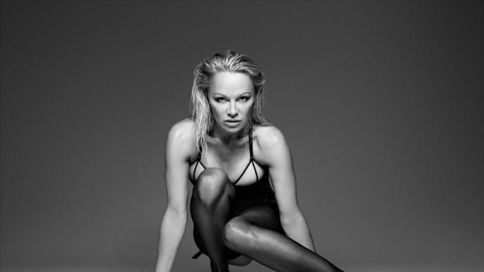 Памела Андерсън: гола, но различна